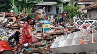 Mais de cinco mil pessoas estão desabrigadas na Indonésia, após tsunami do último sábado, 22 de dezembro.