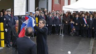 Presidente francês François Hollande durante as cerimónias (9 de janeiro de 2016) de colocação duma placa no local de Montrouge, em homenagem ao assassínio da agente policial Clarissa Jean-Philippe.
