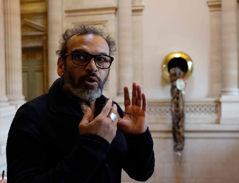 Subodh Gupta devant son œuvre « Unknown Treasure » (Trésor inconnu) (2017) à la Monnaie de Paris.