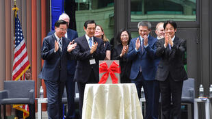 美国在台协会(AIT)台北内湖新馆2018年6月12日落成,总统蔡英文(右4)、前总统马英九(前左2)皆出席见证,庆祝新馆落成。前右起為行政院长赖清德、AIT台北办事处长梅健华,前左為外交部长吴釗燮。