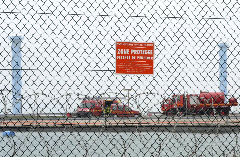 Пожарные машины на территории АЭС Пенли (Penly), 5 апреля 2012 года