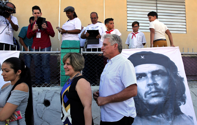 Phó chủ tịch Cuba Miguel Diaz-Canel và vợ đi bỏ phiếu bầu Quốc Hội ở Santa Clara, ngày 11/03/2018.