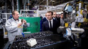 Emmanuel Macron lors de sa visite de l'usine Renault de Maubeuge, le 8 novembre 2018.