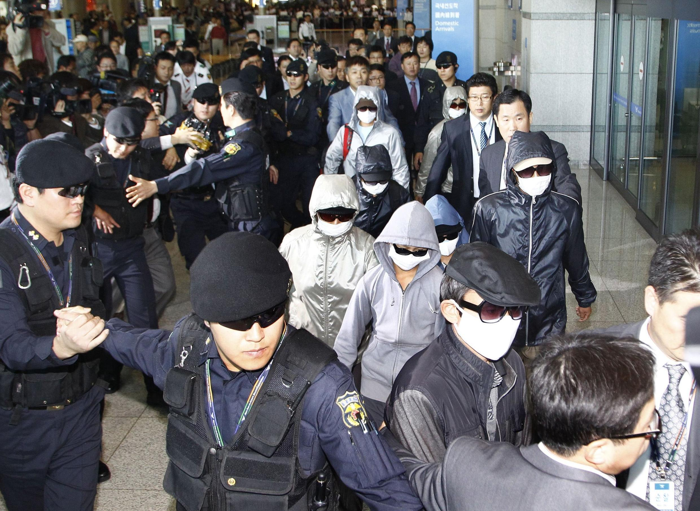 Người tị nạn Bắc Triều Tiên (mang kính đen và khẩu trang) đến sân bay Incheon, Seoul, ngày 04/10/2011, sau 3 tuần lễ ở Nhật.