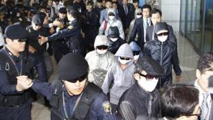 Cảnh người tỵ nạn Bắc Triều Tiên (mang kính đen và khẩu trang) đến sân bay Incheon, Seoul. Ảnh minh họa chụp ngày 04/10/2011.
