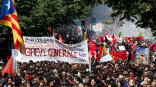 Баннер «Студенты, рабочие, все — на улицы. Всеобщая забастовка» на шествии в Париже 1 мая 2018 года.