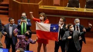 L'opposition chilienne célèbre le vote lors d'une session du Congrès pour approuver une réforme constitutionnelle des retraites, le 23 juillet 2020,  ce qui permet aux Chiliens de puisser dans leur épargne-retraite.