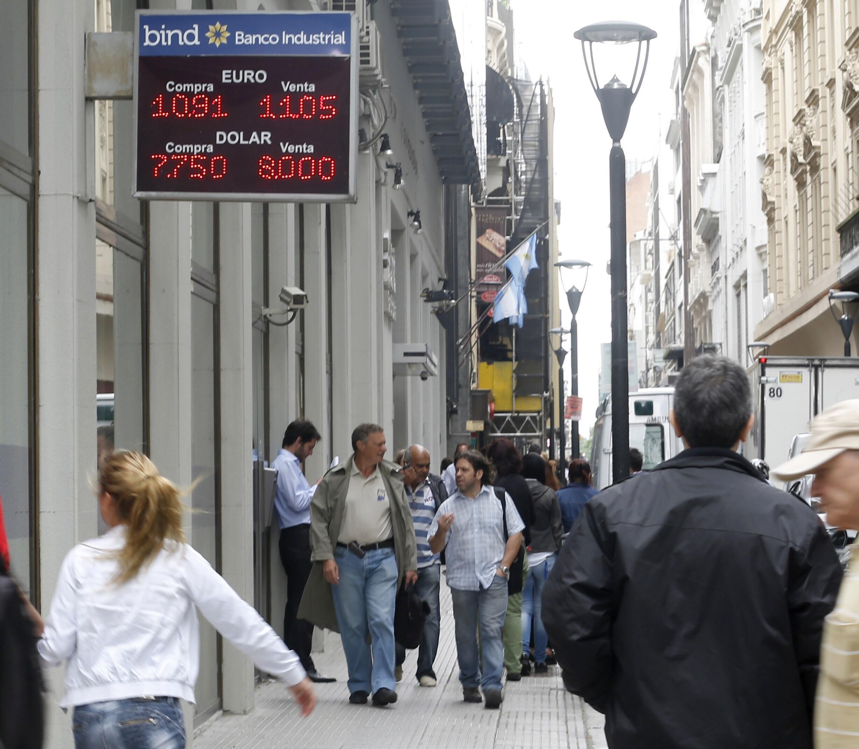 O governo da Argentina anunciou nesta sexta-feira, que continuará com autorização de compra de dólares.