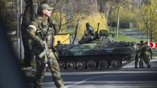Des soldats séparatistes pro-russes à Donetsk, le 23 avril 2015.
