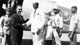 Le président de la Mauritanie Moktar ould Daddah (à g.), accueilli par Modibo Keita (à d.) président du Mali pendant sa visite officielle pour le traité de Kayes, le 16 février 1963.