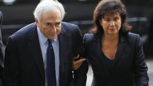Dominique Strauss-Kahn y su esposa Anne Sinclair llegando al Tribunal de Nueva York.