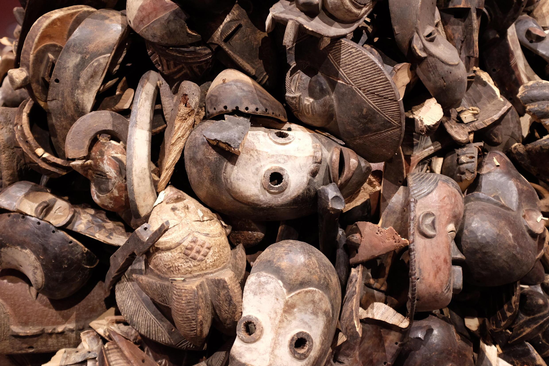 « Ex Africa » au musée du Quai Branly. L'œuvre « Sans titre » (2020) de Théo Mercier montre un tas de masques brisés durant leur voyage entre l'Afrique et la France.  © Siegfried Forster / RFI