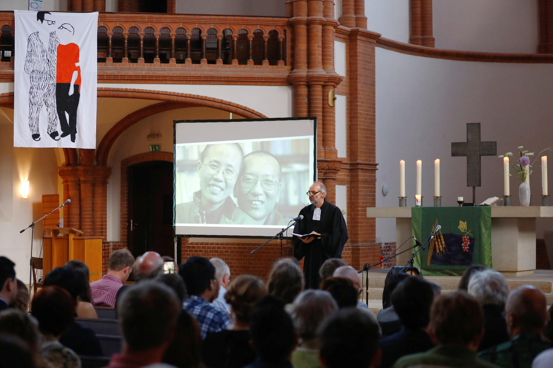 """2018年7月13日柏林葛策马尼教堂""""刘晓波远行一周年追忆""""活动现场。德国著名人权牧师罗兰•库纳(Roland Kühne)在演讲。"""