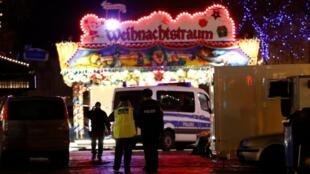 Polícia evacuou o mercado de Natal de Potsdam após o alerta de explosivo em 1 de dezembro de 2017