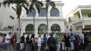 Đông đảo người Cuba xếp hàng chờ xin cấp hộ chiếu tại La Habana, ngày 11/012013.