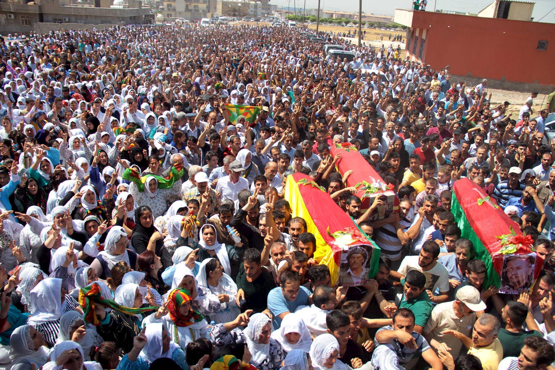 Les funérailles de trois Kurdes de Turquie tués plus tôt dans le mois d'août, à Silopi, dans la province de Sirnak, le 8 août 2015.