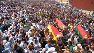 Les funérailles de trois Kurdes de Turquie tués lors d'affrontements avec les forces de l'ordre le 8 août 2015, à Silopi, dans la province de Sirnak, dans le sud-est du pays.