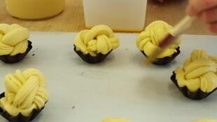 Sarah, ancienne contrôleuse de gestion, préfère de loin imaginer de nouveaux produits pour sa future boulangerie.