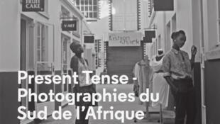 """Cartaz da exposição """"Present tense"""""""