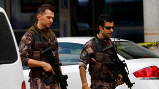Les forces de sécurité patrouillent à l'aéroport d'Istanbul, le 30 juin 2016.