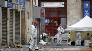 La police scientifique au travail, au lendemain du raid policier mené sur l'immeuble à Saint-Denis en région parisienne où se trouvait notamment Abaaoud.