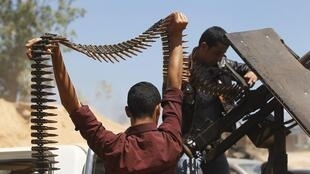 Rebels in Misrata prepare for the advance of troops loyal to Moamer Kadhafi