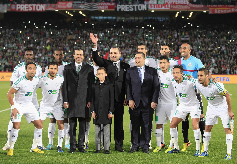 Mohammed VI et l'équipe du Raja Casablanca, le 21 décembre 2013.