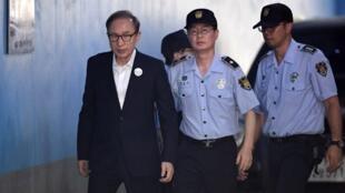 圖為韓國前總統李明博2018年9月6日首爾法庭外