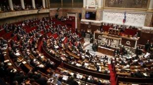 Partido do novo presidente Emmanuel Macron deverá conquistar cerca de 330 lugares na Assembleia francesa nas eleições legislativas de 2017.