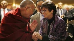 Em Washington, Valerie Jarrett, uma das principais assessoras de Obama, cumprimenta o líder Dalai Lama.