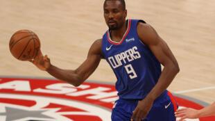 Serge Ibaka durante un juego de esta temporada con Los Angeles Clippers.