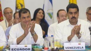 Le président équatorien Rafael Correa (G) lors de la réunion de l'Alba à Guyaquil le 18 août 2012.