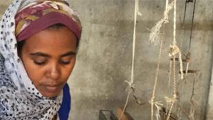 Bouktoukan, jeune femme tisserande de 34 ans.