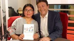 La antropóloga peruana Ch'aska Anka Ninawaman con Jordi Batallé después de la grabación de El invitado de RFI.