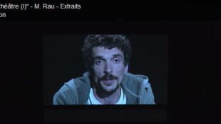Le metteur en scène suisse Milo Rau dans la pièce « La Reprise » au Festival d'Avignon (capture d'écran).