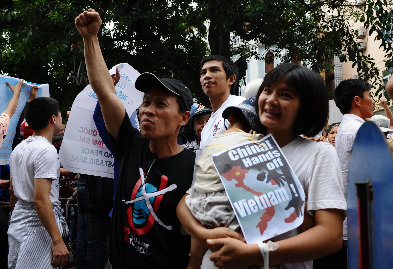 Bà Trần Thị Nga ôm con nhỏ trong một cuộc biểu tình chống Trung Quốc xâm phạm lãnh thổ Việt Nam, Hà Nội ngày 08/06/2012.