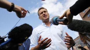 Alexei Navalny habla con los periodistas durante una manifestación opositora, el 20 de julio de 2019 en Moscú