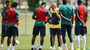 Le sélectionneur allemand Volker Finke au milieu des joueurs camerounais.