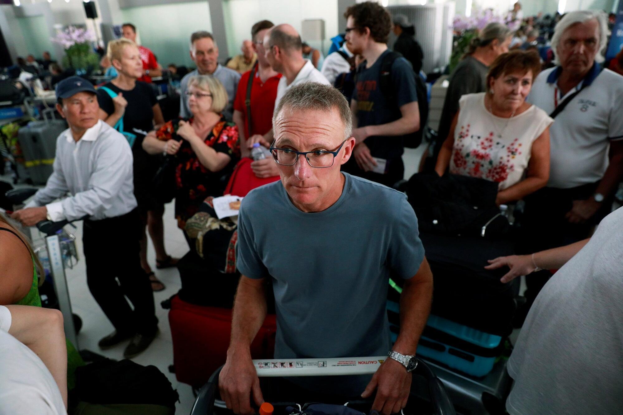 Hành khách bị ách lại sau khi hãng hàng không Thai Airway hủy hoãn các chuyến đi và đến từ châu Âu, sân bay Suvarnabhumi Airport, Bangkok, 28/02/2019.