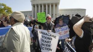 Manifestantes americanos protestam em frente à Casa Branca contra a reforma do sistema de saúde do presidente Barack Obama.