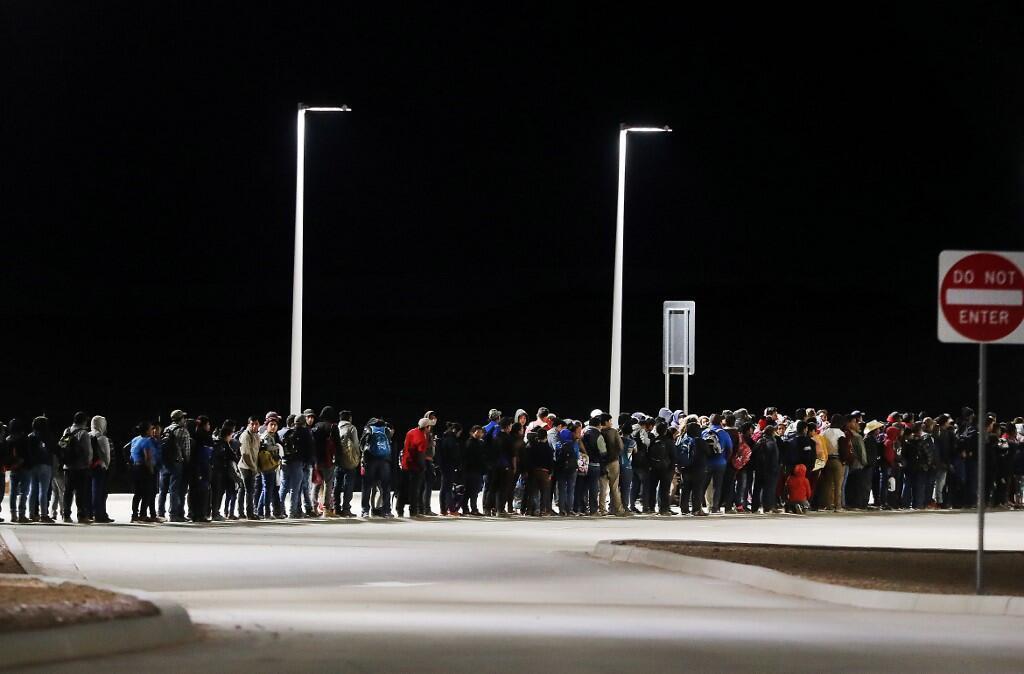 مهاجرت غیرقانونی مکزیکیها و همچنین اتباع سایر کشورهای آمریکای لاتین از طریق مرز مکزیک، از سالها پیش ادامه دارد و بر خلاف گفتههای ترامپ در یک سال اخیر چندان شدت نیافته است.