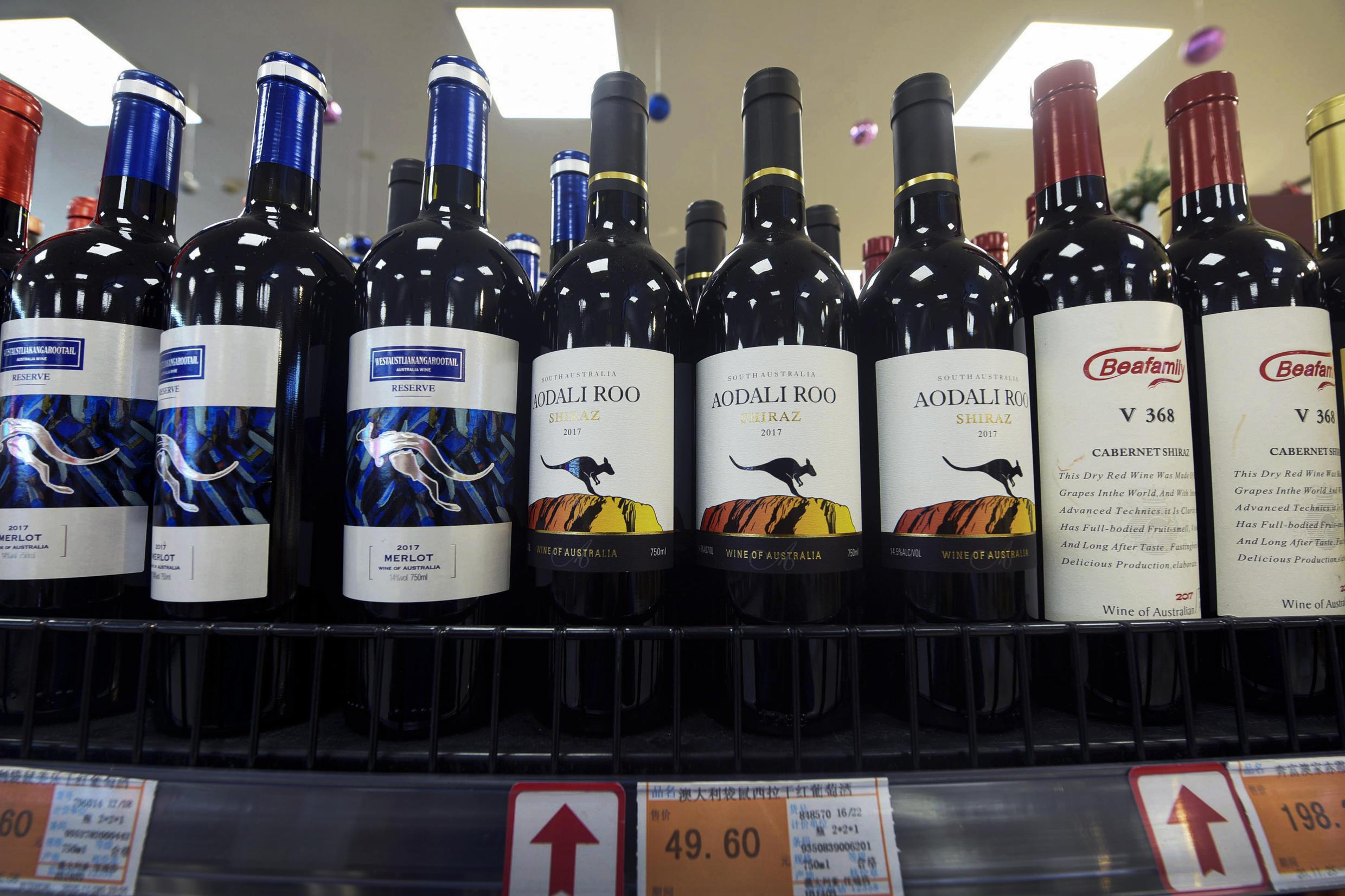 圖為中國浙江省杭州市的一家超市的貨架上出售的澳洲葡萄酒