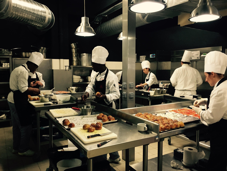 На кухне в ресторане