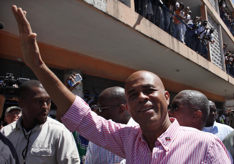 Michel Martelly acena para os eleitores durante a votação, em  20 de março.