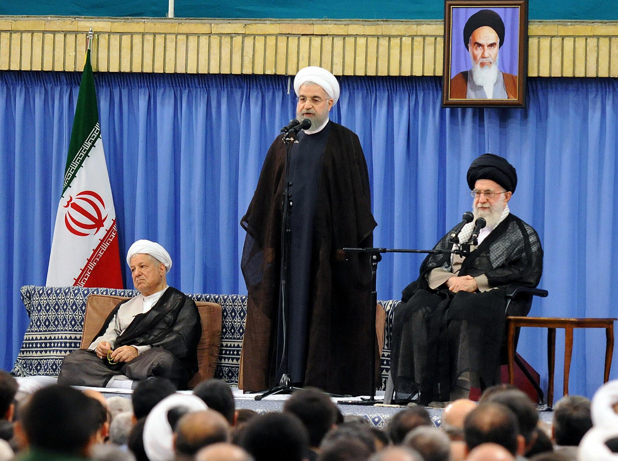O líder supremo iraniano Aiatolá Ali Khamenei, ao lado do presidente Hassen Rouhani.
