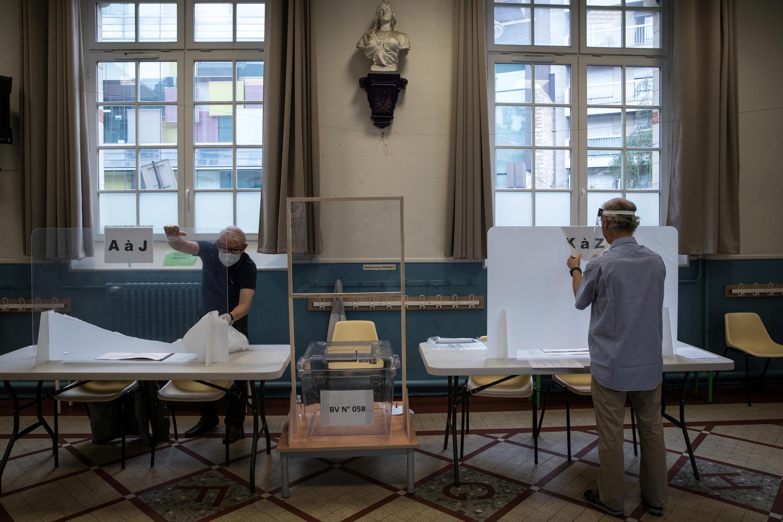 Eleitores na segunda volta das eleições autárquicas, adiadas de três meses devido à propagação da Covid-19, na Câmara Municipal de Paris, 28 de Junho de 2020.