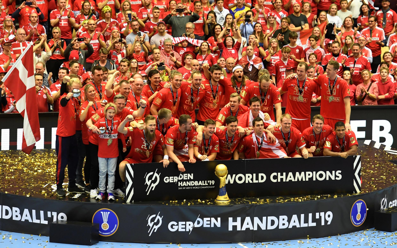 La selección de Dinamarca de balonmano celebra ante su público el título mundial tras vencer a Noruega (31-22), en la final disputada en el estadio Jyske Bank Boxen de Herning el 27 de enero de 2019.