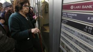 File d'attente devant la Laiki Banque à Nicosie avant la réouverture ce jeudi 28 mars 2013.