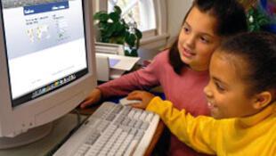 Jeunes ecolières sur internet.