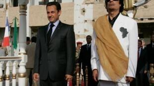 Ông  Nicolas Sarkozy và Mouammar Kadhafi tại Tripoli, tháng 7/2007.